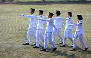 Siswa/i SMA/SMK Kab. Bandung penuh semangat melakukan pelatihan Paskibra di bawah bimbingan anggota Paskhas TNI-AU dari Lanus Sulaiman Bandung.