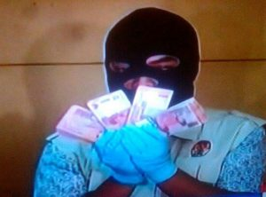 Petugas KPK memperlihatkan uang yang disita dari Ketua DPD RI Irman Gusman.