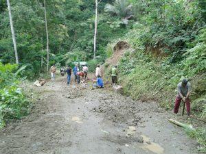 Kegiatan Gotong Royong Aparatur desa  dan Warga RW 06, membersihkan rumput dan ranting pohon liar, juga membersihkan sampah di sepanjang jalan desa Padasuka, Minggu (12/3)/foto: Lily Setiadarma.