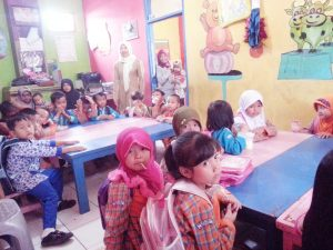 Anak-anak PAUD AL HASANAH Jl. Stasiun Neglasari Ciwidey Kec. Ciwidey Kab. Bandung, nampak sedang belajar , meskipun dalam keterbatasan sarana dan prasarana yang seadanya namun tetap semangat di bawah bimbingan guru Nopa Fadilah.