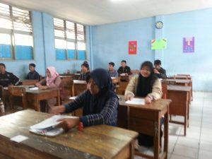 Peserta UNPK Paket C setara SMA sedang mengikuti ujian di SMPN 1 Baleendah Kab. Bandung Sabtu (15/4).