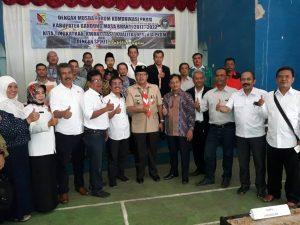 Kepala Dinas Pendidik DR. H. Juhana MM.Pd foto bersama dengan tiga kandidat ketua Dewan Pimpinan Daerah Forum Komunikasi Pusat Kegiatan Belajar Masyarakat (DPD FK-PKBM) Kabupaten Bandung tahun 2017, di GOR SKB Kec. Baleendah Kab. Bandung, Rabu ( 24/5).