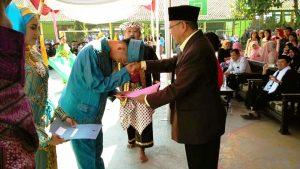 Salah seorang siswa Kelas IX sedang  melaksanakan upacra adat  Sungkeman kepada Kepala sekolah Drs. H. Ruyana Munajat Sutisna SPd. M.M.Pd,  di Lapangan serbaguna SMPN 1 Pasirjambu Kec. Pasirjambu Kab. Bandung.