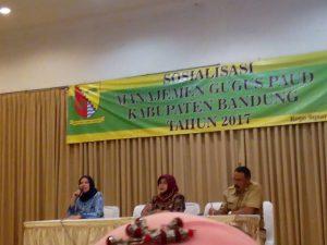 Kepala seksi Paud Disdik Kab. Bandung : Hj. Kinkin Kornelia M.Pd sedang memberikan penjelasan dihadapan para peserta bintek manajmen gugus Paud, sekaligus membuka kegitan tersebut, Senin ( 22/5).