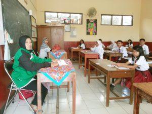 Para siwa sedang mengerjakan soal - soal ujian sekolah (US) dengan mata pelajaran (mapel) IPA di hari ke tiga di SDN. Cibogor 2 Kec Soreang Kab. Bandung Rabu (17/5/2017).