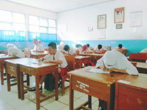 Peserta Ujian Sekolah Sekolah Dasar (SD), di Kec. Ciwidey Tahun 2017, sedang mengerjakan soal matapelajaran ( mapel) B. Indonesia di SDN. Ciwidey Kota desa/ Kec Ciwidey Kab. Bandung, Senin (15/5).