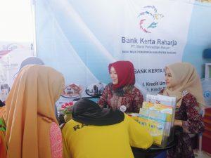 Staf BPR Kerta Raharja Dea Rizkiana dan seorang rekannya, sedang memberikan pelayanan kepada Nasabah yang berkunjung untuk membuka rekening SIMPEL di stan PT. BPR. Kerta Raharja Sabilulungan Fair 2 di Bale Rame, Jln. Al Fathu, Kecamatan Soreang, Kabupaten Bandung, Jumat, Mei 2017.