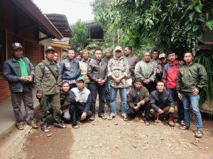 Dewan Pembina PKSM Kab.  Bandung  Eyang Memet bersama anggotanya siap mengawal, mengawasi dan memberikan solusi agar lingkungan tetap alami dan hutan tetap hijau,  poto bersama saat halal bihalal di Kp. Papakmangu Kec. Pasirjambu Kab.  Bandung ,  Sabtu (15/7).