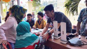 Sejumlah Warga sedang memeriksakan kesehatannya pada pengobatan massal di halaman Kantor Kecamatan Pasirjambu, Kabupaten Bandung, Selasa, 8 Agustus 2017. Pengobatan diselenggarakan Rotary Club Bandung Metropolitan yang berlangsung hingga Kamis (10/8/2017).