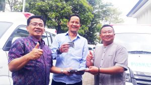 Kepala Dinkes Kab. Bandung dr. H. Achmad Kustijadi  secara simbolis menyerahkan dokumen kendaraan kepada salah seorang UPT Kesehatan (Puskesmas), di halaman Kantor Dinkes Kab.  Bandung Komplek Pemkab, Jumat (22/9/2017).