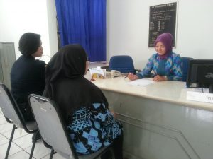 Seorang staf BPR Kerta Raharja sedang memberikan pelayanan di kantor pusat Jl. Raya Soreang No. 26
