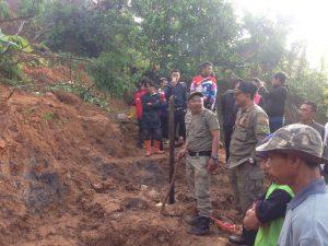 Aparat Satpol PP, personel Polres dan anggota BPBD Kab. Bandung, bahu membahu dalam pencarian korban longsor di Cipelah, Kecamatan Rancabali, Selasa (31/10).
