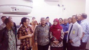 Gubernur Aher meninjau beberapa fasilitas diPusat Pelayanana Kanker Terpadu Rumah Sakit Al Ihsan, di Baleendah Kabupaten Bandung, Kamis (30/11).