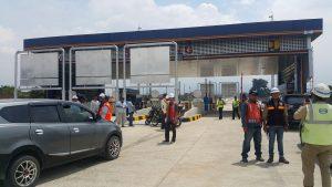 Beberapa petugas dari Polsek Soreang, Polres Bandung serta beberapa orang petugas keamanan jalan tol serta pihak kontraktor tampak bersiap menunggu kedatangan tim di Gerbang Tol Soreang, Kamis (16/11).