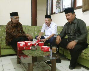 Pengurus PGRI Kab. Bandung H. Maman Sudrajat (Sekertaris), H. Kadir (wakil Ketua -- tengah) dan H. Adang Safaat, berdiskusi usai pelepasan 39 jemaah umroh di Kantor sekertariat PGRI Kab. Bandung.