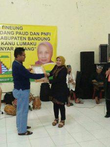 Kadisdik Kab. Bandung DR. H. Juhana MM. Pd, sedang memberikan piaham penghargaan kepada Dra. Hj. Mieke Remiati di acara paturai tineung di hotel Malabar Pangandaran. Kadisdik H. Juhana, DR. H. Marlan /Sekdis ( tengah) dan H. Yayat Hendayana ( kabid) berdiskusi usai kegitan.