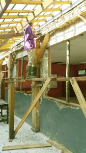 Satu ruang kelas SDN Papakmanggu desa Cibodas Kec. Pasirjambu sedang dilakukan pekerjaaan rehab dengan masih menggunakan batako jaman dulu, sehingga ketahanan bangunan tersebut dikawatirkan mengancam keselamatan siswa.