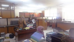 Suasana kantor Subag Umum dan Kepegawaian Disdik Kab. Bandung. Para pegawai selalu sibuk memberikan pelayanan. -- foto lee