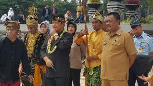 Bupati Dadang Naser membuka resmi kegiatan Jobfair 2017 Kabupaten Bandung, Selasa (12/12) di lapang Upakarti Komplek Pemda, Soreang.