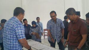 Penandatanganan MoU bantuan program rutilahu antara PDAM Tirta Raharja dan 7 Kades di Kabupaten Bandung, berlangsung di aula desa Cisondari, Kamis (21/12).
