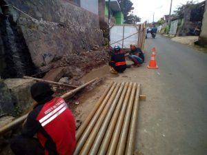 Pengerjaan pemasangan pipa PDAM Tirta Raharja oleh sementara pihak dinilai tidak memerhatikan keselamatan pengguna jalan, karena hanya ditutup oleh material tanah bekas galian.