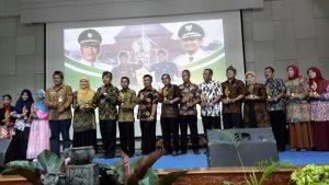 Bupati Bandung H. Dadang M. Naser bersama Guru Tenaga Kependidikan( GTK) dan Peserta didik beprestasi seusai menyerahkan Anugerah Winaya Dinas Pendidikan Award tahun 2017.