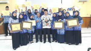 Kepala Dinas Pendidikan Kab. Bandung, Dr. H. Juhana di tengah-tengah para guru yang meraih prestasi Kabupaten, Provinsi dan tingkat Nasional tahun 2017.