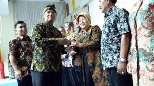 Bupati Bandung H.Dadang M.Naser,SH.S.IP..,M.Ip memberikan penghargaan Kepada Kepala Sekolah SMPN 2 Rancabali Hj. Yeyet Frienty SPd, MM. Peraih Adiwiata Nasional di Gedung Moch.Toha Soreang, Kamis (28/12).