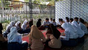 Para siwa SMAN 1 Ciwidey sedang menghapal alquran di mesjid  Al-Iksan lingkunhan sekolah Jl. Babakan tiga No. 125 desa Panyocokan Kec. Ciwidey.