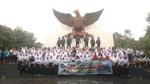 Para siswa dan guru  asal SMPN 1 Ciwidey Kec. Ciwidey Kab.  Bandung berpoto bersama  di Monumen Pancasila Sakti Lubang Buaya