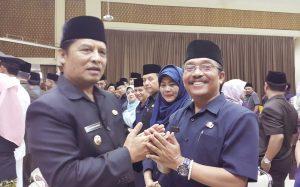 Tedi menerima ucapan selamat dari bupati Bandung H. Dadanh Naser seusai dilantik menjadi Kabid PNFI Disdik Kab. Bandung, Senin (22/01).