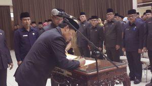 Bupati Dadang Naser menandatangani berita acara pelantikan para pejabat di lingkungan Disdik Kab. Bandung.