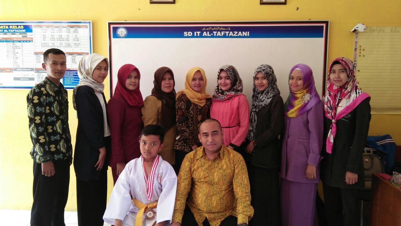 Zio Poto bersama dengan guru dan Kepsek SD IT Al Taftazani