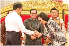 Presiden Jokowi memberikan ucapan selamat kepada Sri Mulyani di Istana Negara, Senin (12/2/18)