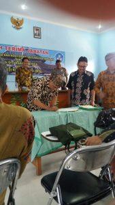 Serah terima jabartan. Kepala UPT TK, SD dan Non formal Soreang Drs. Agah Prayoga ke Dedi Kusnasi S.Pd., M. Si di Aula Gedung PKG Soreang , Kamis (8 /2).