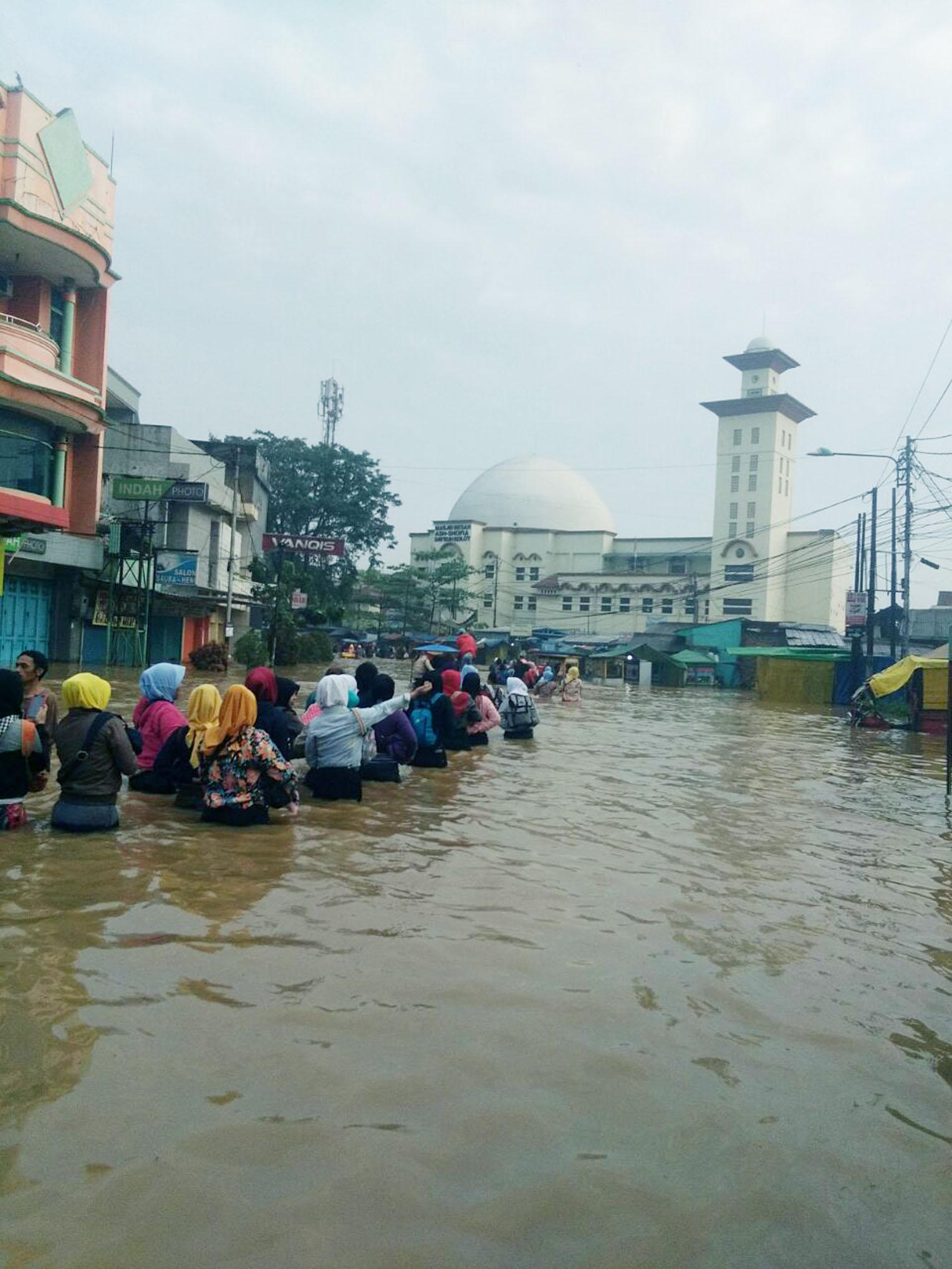Banjir di kawasan Dayeuhkolot Bandung, Selasa (13/3/18) menyebabkan masyarakat terpaksa harus berusaha keras untuk bisa ke rumah sepulang bekerja.