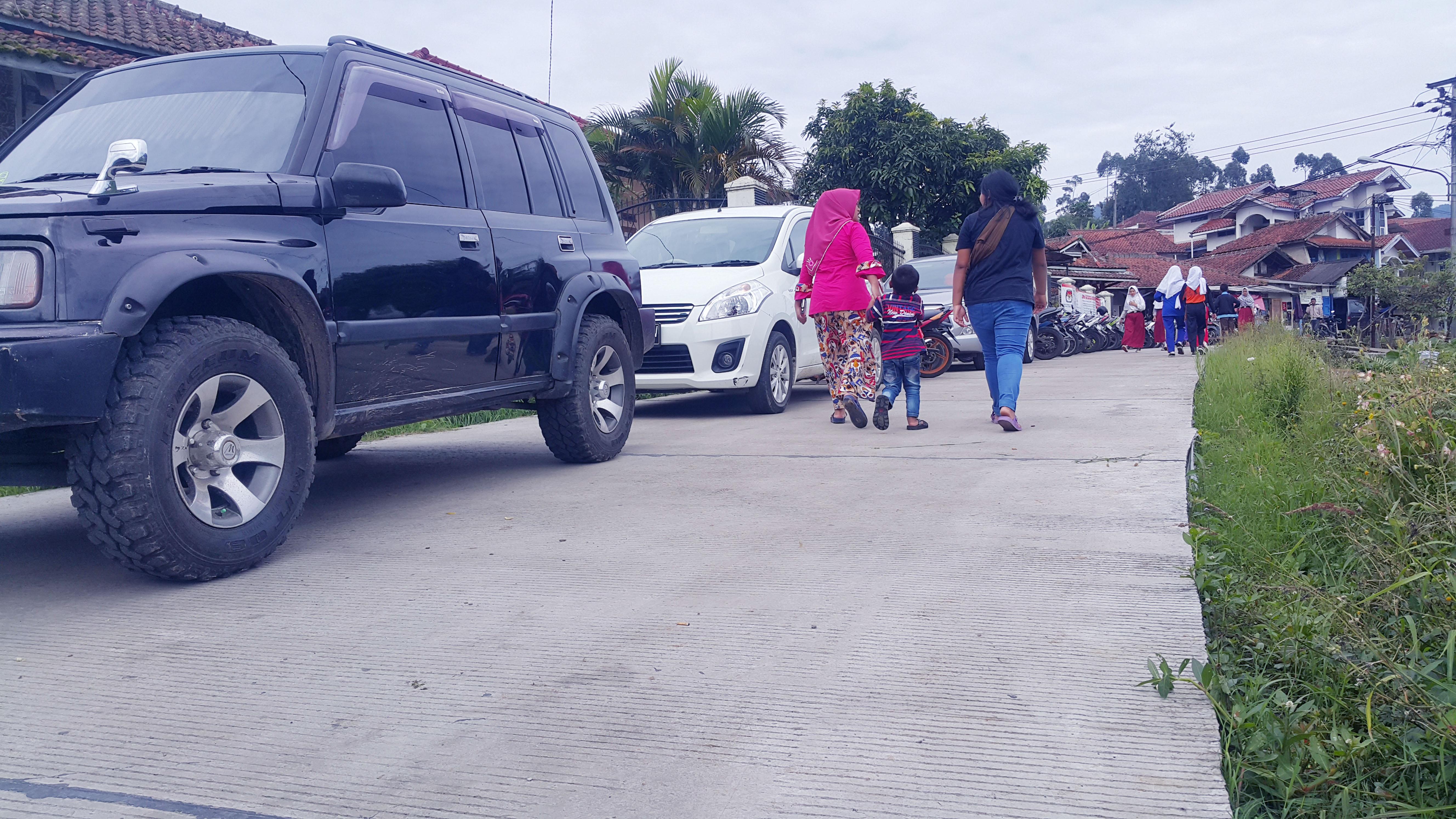 Ruas jalan yang dibeton PT Geodipa di Kp.  Cipandawa desa Alamendah Kec. Rancabali.