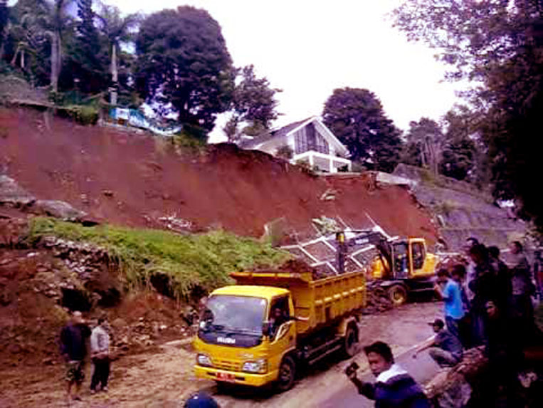 Aparat bersama masyarakat sedang menangani musibah longsor di jalur wisata Puncak, akibay guyuran hujan tanpa henti pada bulan Pebruari lalu. Atas kejadian tersebut, kendaraan roda 4 dilarang melintas karena jalur Puncak ditutup selama 3 pekan.