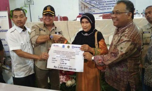 Poto bersama Kepala BPN Kabupaten Bandung Atet Ganjar Muslihat, pada acara penyerahan UGR tanah untuk proyek kereta cepat Jakarta-Bandung kepada warga penerima, di Gedung Dewi Sartika, Bandung, Sabtu (7/4/2018).