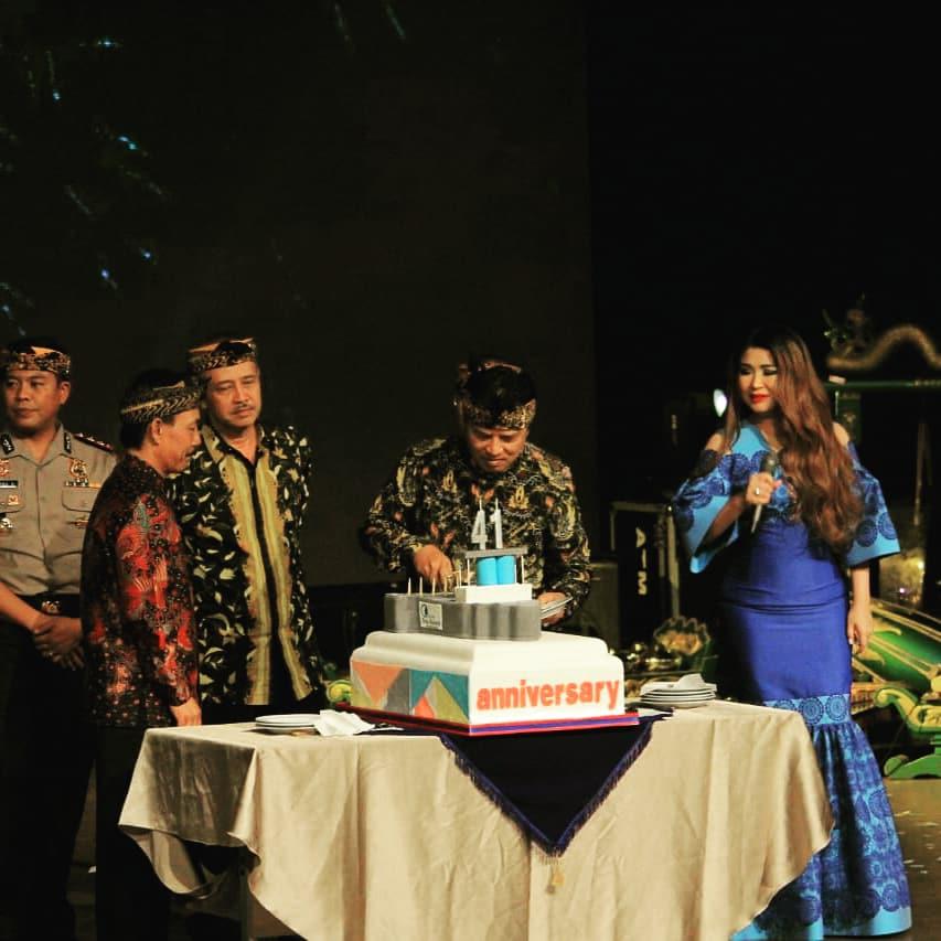 Bupati Bandung H. Dadang M. Naser memotong kue disaksikan Dirut PDAM Tirta Raharja H. Rudi Kusmayadi dan artis Titi DJ pada perayaan HUT PDAM Tirta Raharja Ke 41 di Gedung Budaya Sabilulungan, Kamis (5/4/2018).