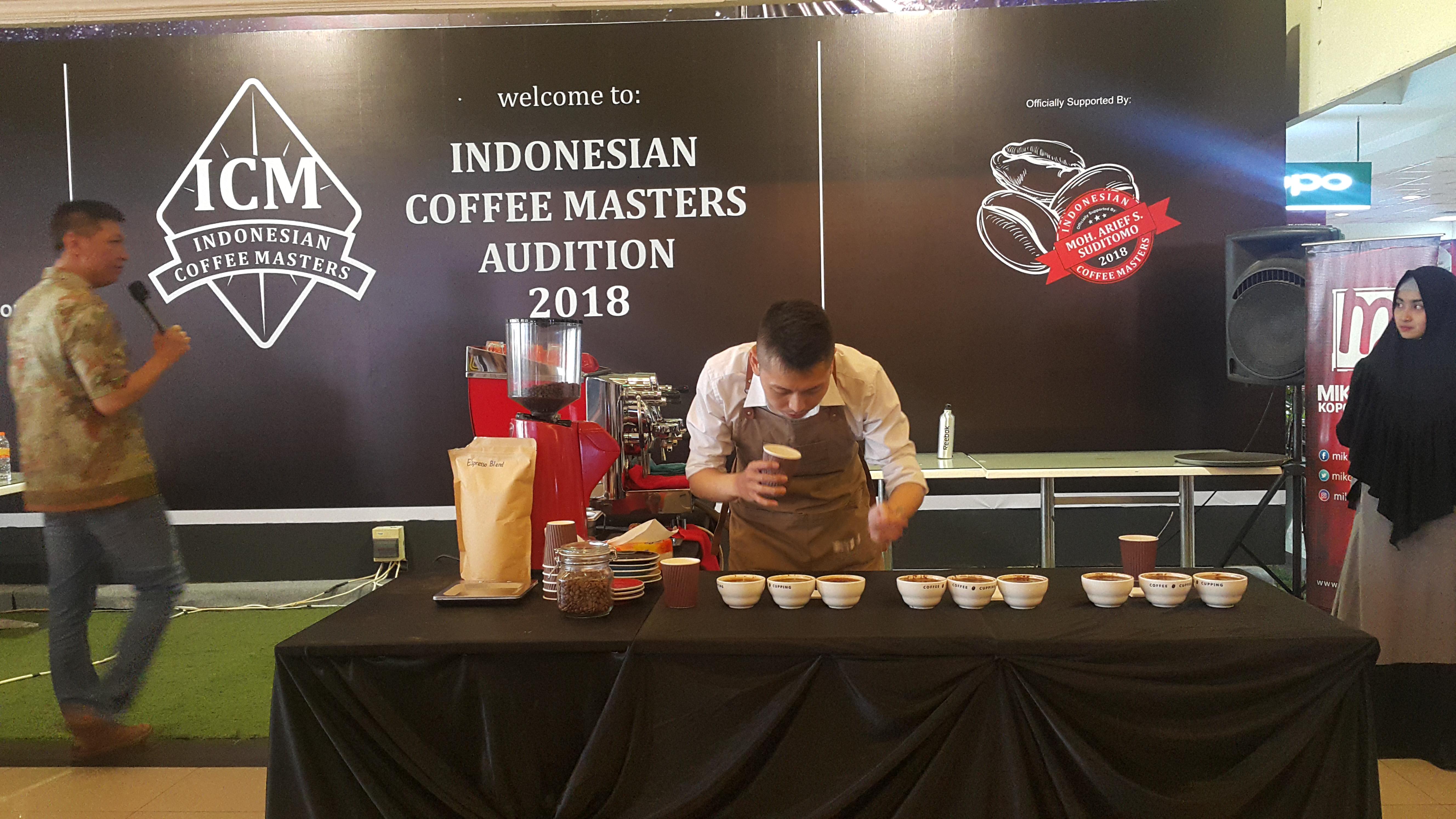 Salah seorang peserta Indonesian Coffee Masters Audition di acara Kopo Coffee Weeks yang digelar di Miko Mall Kopo, Kota Bandung, Jumat, (6/4/2018).