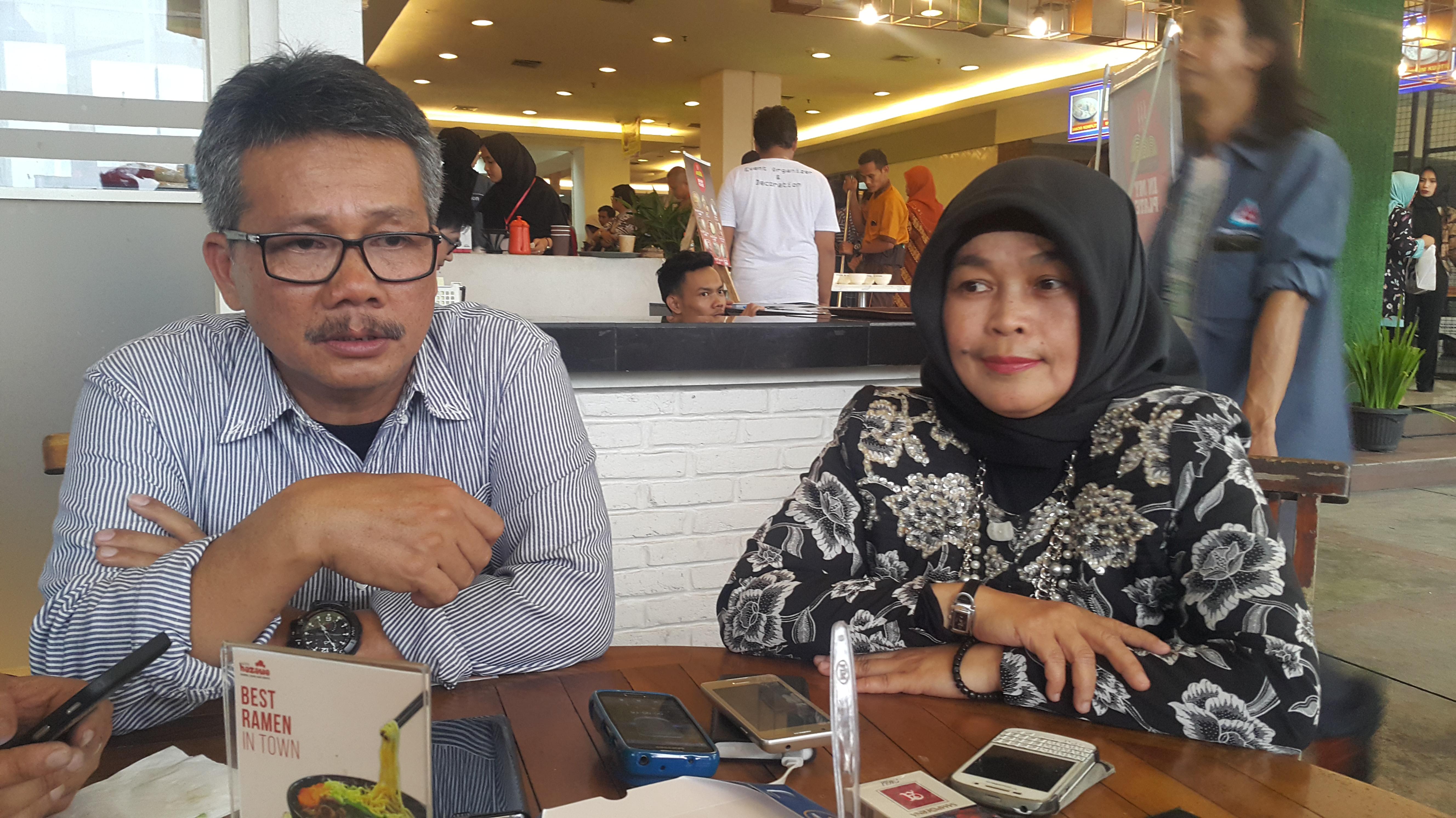 Kadis Pertanian Kab. Bandung H. Tisna Umaran di dampingi Marcomm manager Miko Mall Kopo  Dedeh Kuswandini saat di wawancara Wartawan pada acara Kopo Coffee Weeks.