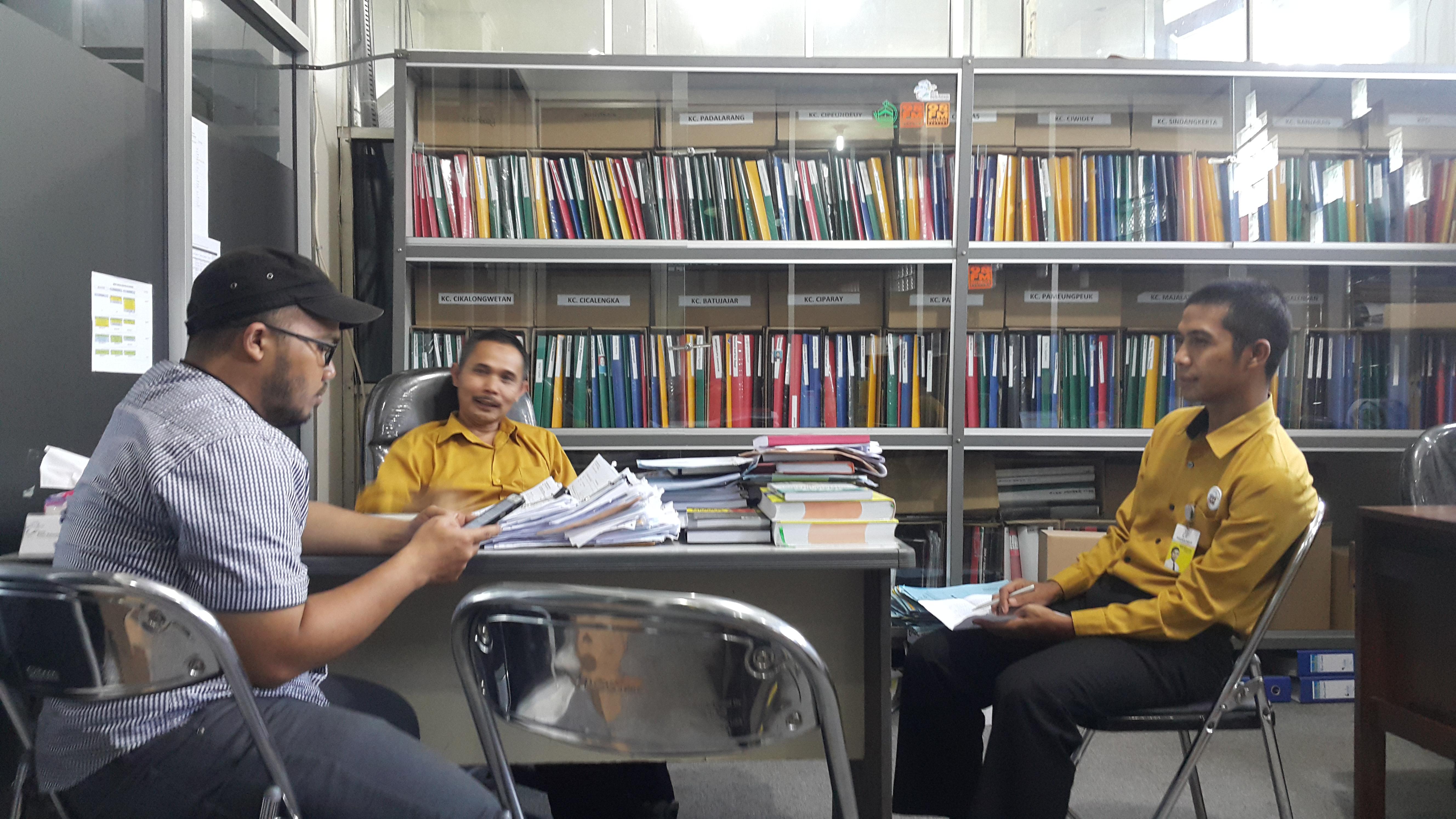 Kadiv.Umum PT. BPR Kerta raharja  H. Beny Subarsyah SE, MM., sedang berdiskusi dengan  Kadiv. Pemasaran Roni Maryono, SE