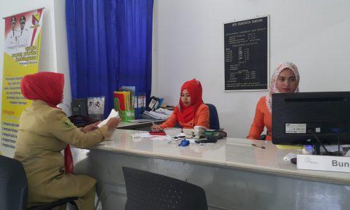 Staff  KPO BPR Kerta raharja  sedang melayani nasabah di Jl. Raya Soreang No. 26 Kec. Soreang Kab. Bandung.
