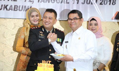 Kapolres Kab. Sukabumi AKBP Nasriadi menyerahkan potongan tumpeng kepada wakil bupati Adjo Sardjono pada Syukuran HUT Bhayangkara ke 72 yang digelar Rabu (11/07) di di Aula Kamil Hermawan Mapolres Sukabumi.