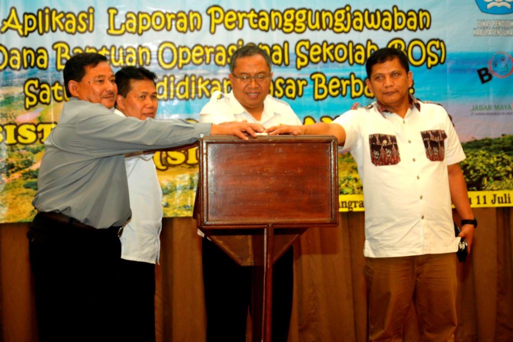Bupati Sukabumi Marwan Hamami menekan tombol tanda peluncuran aplikasi laporan pertanggungjawaban dana BOS (Bantuan Operasional Sekolah) di Kab. Sukabumi.