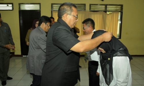 Bupati Marwan Hamami menyematkan tanda peserta Diklat PIM kepada salah seorang perwakilan peserta.