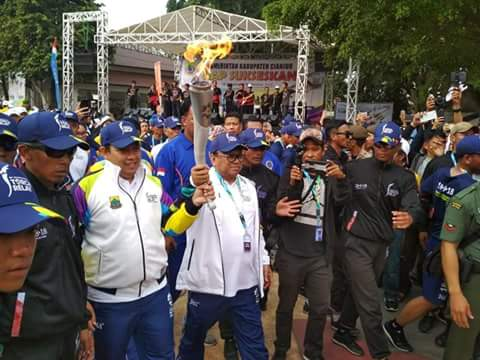 Ketua DPD RI Oesman Sapta Odang didampingi Bupati Cianjur Irvan Rivano Muchtar menerima Obor api Asian Games 2018 untuk kemudian diserahkan kembali kepada seorang atlet untuk dikirab ke Kab. Bogor, Senin (13/08).