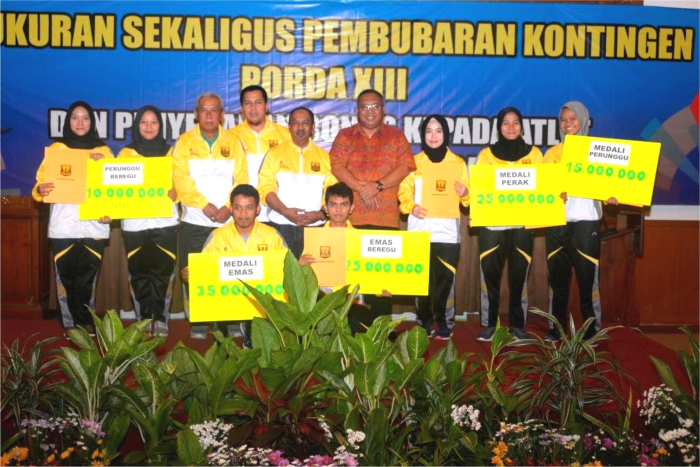Bupati bersama para atlet peraih medali Porda XIII Jabar, di Selabintana, Sukabumi.