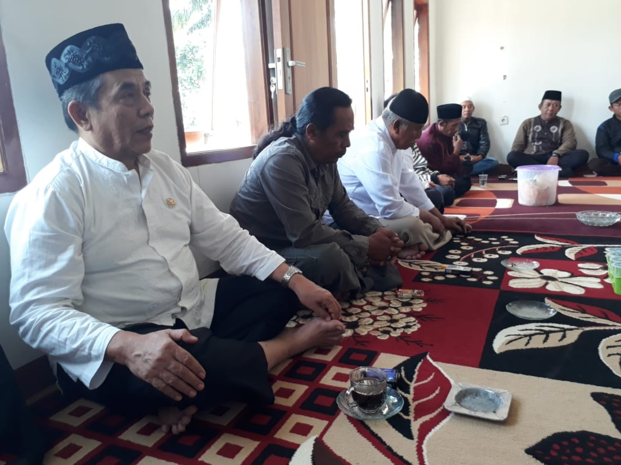 Anggota DPD-RI, H. Ayi Hambali (kiri) bersama tokoh masyarakat Cugenang, Cianjur.